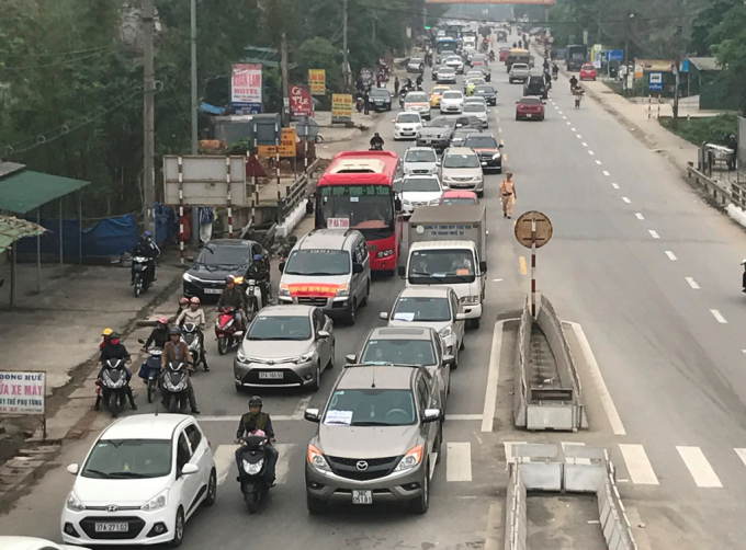 Người dân điều khiển gần 100 xe ô tô, xe tải, dàn hàng, di chuyển chậm để phản đối việc thu phí BOT.
