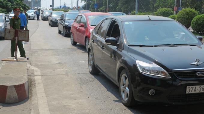 Sau đó người dân tiếp tục điều khiển ô tô với tốc độ chậm qua trạm để phản đối việc thu phí.