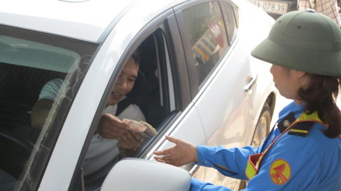 Người dân dùng tiền mệnh giá nhỏ để mua vé qua trạm, khiến giao thông bị ùn tắc cục bộ.
