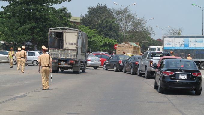 Lực lượng CSGT TP Vinh túc trực điều tiết, phân luồng đảm bảo giao thông.