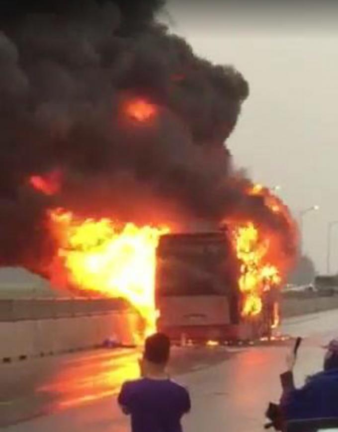 Đang lưu thông chiếc xe khách bất ngờ phát hỏa rồi bốc cháy dữ dội.