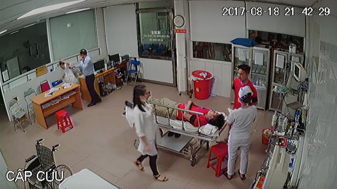Người đàn ông này sau đó đánh vào mặt và đầu bác sĩ Minh.