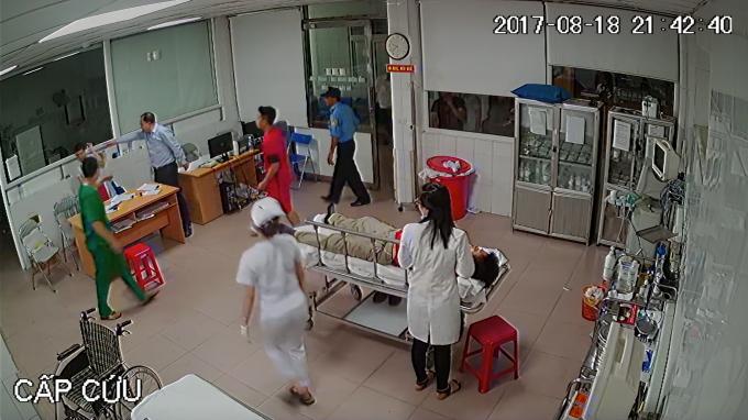 Người đàn ông to tiếng với bác sĩ Minh tại phòng cấp cứu.
