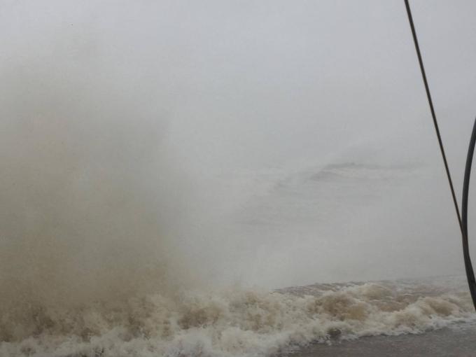 Trước những cơn sóng cao bất thường nhiều tuyến đê biển trên địa bàn Nghệ An có nguy cơ bị vỡ.