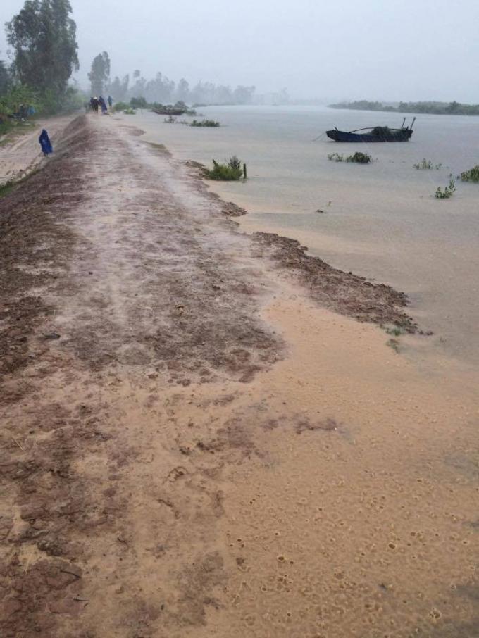 Nước dâng cao một số tuyến đê xung yếu.