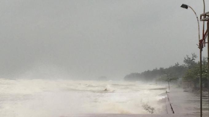 Sóng lớn tấn công các tuyến đê biển trên địa bàn Nghệ An.