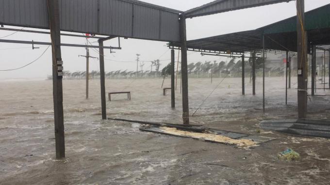Hàng quán bị nước dâng vào gây ngập úng.