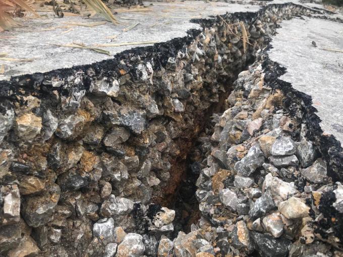 Những vết nứt lớn trên tuyến đường.