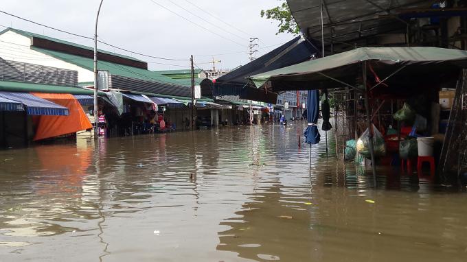 Một góc chợ Vinh bị nhấn chìm trong biển nước.
