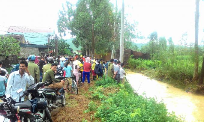 Mưa lũ cũng đã làm 7 người chết, nhiều tuyến quốc lộ bị sạt lở nghiêm trọng.