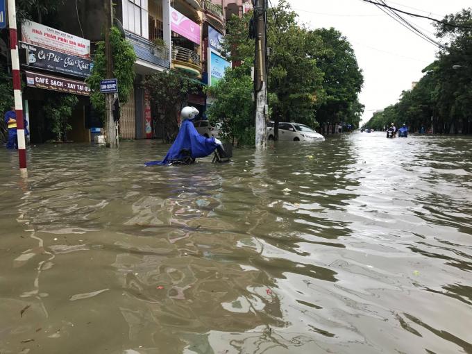 Mưa lớn khiến nhiều địa phương tại Nghệ An bị ngập sâu, nhiều vùng bị chia cắt trong biển nước.