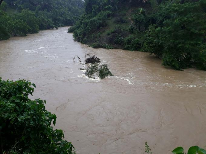 Nước lũ khiến nhiều địa phương trên địa bàn tỉnh Nghệ An bị chia cắt.