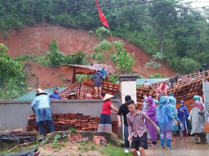Một nhà dân tại huyện Quế Phong bị đất sạt lở làm đổ sập.