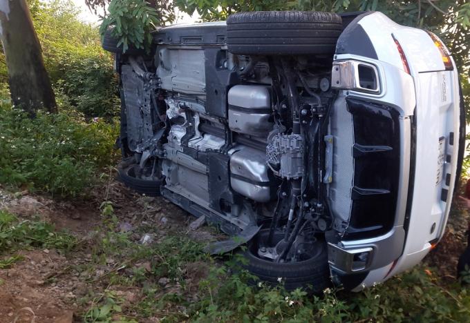 Chiếc xeRange Rover mới cóng nằm phơi bụng bên quốc lộ.