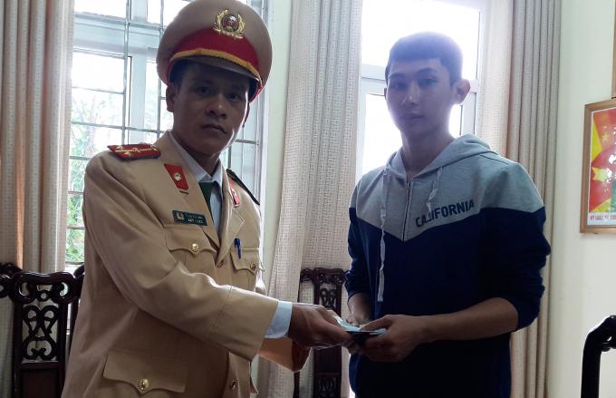 Anh Hoàng vui mừng nhận lại chiếc ví cùng toàn bộ tài sản từ tay thượng úy Phạm Văn Anh.