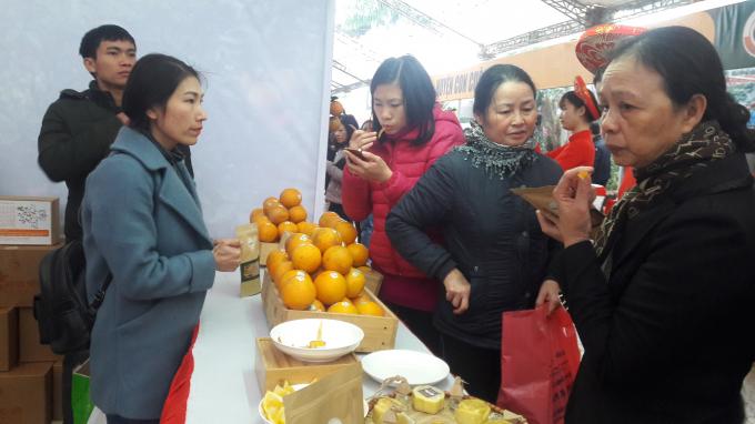 Người tiêu dùng thích thú nếm thử những sản phẩm làm từ quả cam Vinh.