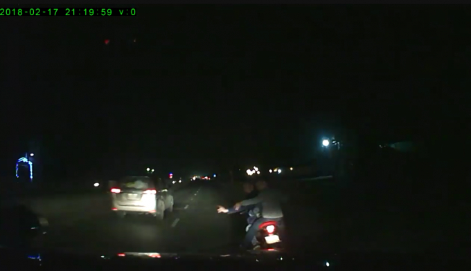 Nhóm thanh niên truy đuổi theo chiếc ô tô suốt một quãng đường rất dài (ảnh cắt từ clip).