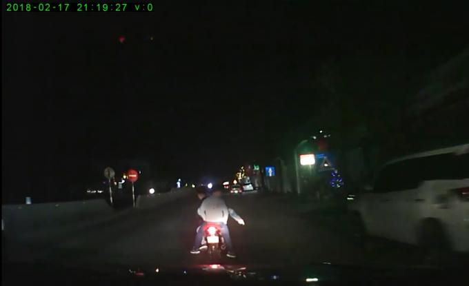 Nhóm thanh niên này liên tục vượt lên ra tín hiệu yêu cầu tài xế ô tô dừng lại (ảnh cắt từ Clip).