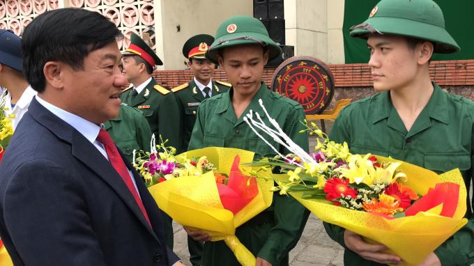 Những bó hoa tươi thắm tiễn các chàng trai lên đường nhập ngũ.