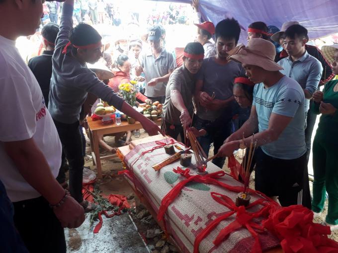 Người dân làm thủ tục an táng cho cá theo phong tục địa phương.