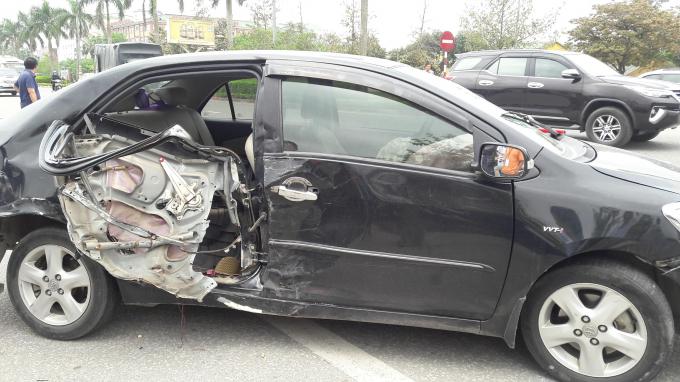 Chiếc xe 4 chỗ bị hư hỏng nặng sau cú va chạm với ô tô biển xanh.