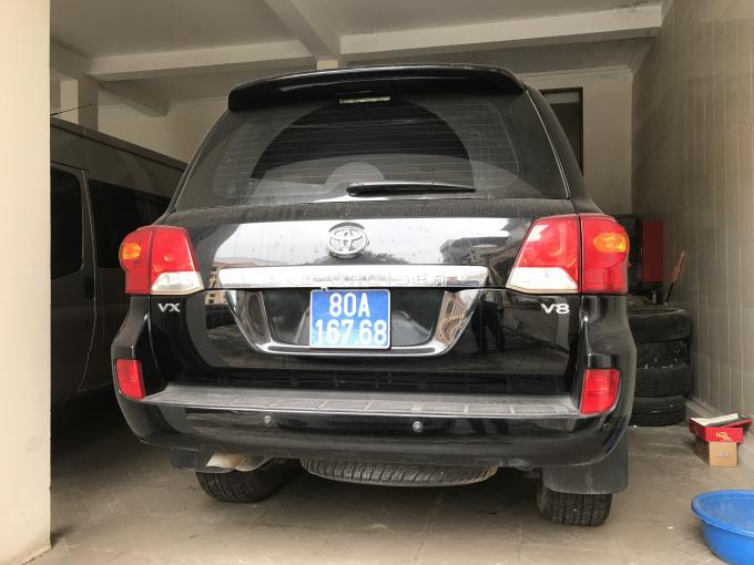 Một trong hai chiếc Toyota Land Cuiser được đưa ra đấu giá.