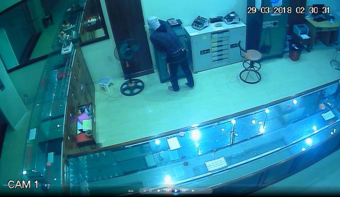 Hình ảnh tên trộm được camera ghi lại.