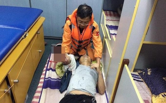 Lực lượng cứu hộ kịp thời tiếp cận, cấp cứu nạn nhân đưa.