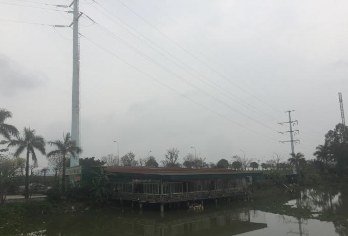 Toàn bộ khuôn viên nhà hàng Ngọc Sơn nằm ngay dưới chân đường điện cao thế trong khuôn viên hành lang an toàn lưới điện nhưng vẫn vô tư hoạt động khiến nhiều người không khỏi bất an.