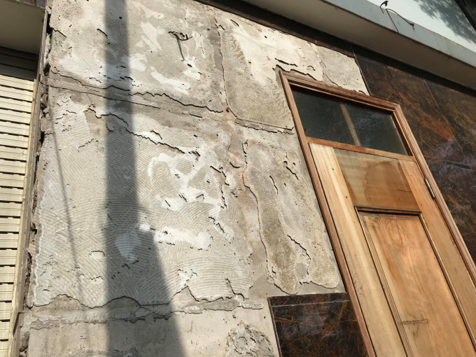 Nhiều viên gạch ốp tường tại nhà A1-01 đã rơi được cho là do tác động của quá trình khoan cọc nhồi.