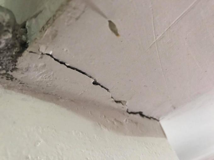 Những vết nứt bắt đầu xuất hiện từ khi công trình bắt đầu thi công và tiếp tục xuất hiện nhiều hơn mỗi ngày.