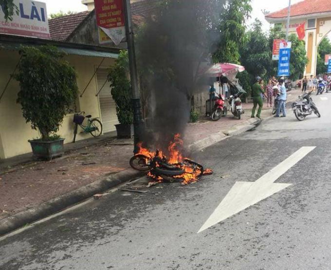 Chiếc xe máy của Long bị đối thủ đốt cháy.
