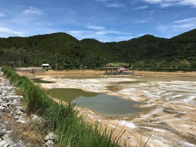 Hồ Khe Lau hiện tại đã được phía công ty này hút cạn nước, dùng vôi bột để xử lý.