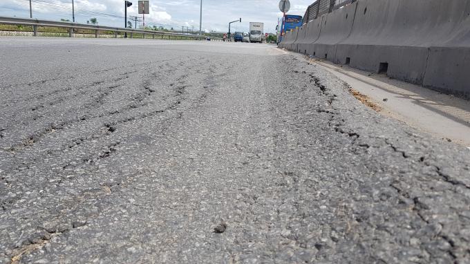 Mặc dù đã nhiều lần được sửa chữa nhưng mặt đường vẫn tiếp tục hằn lún, nứt.