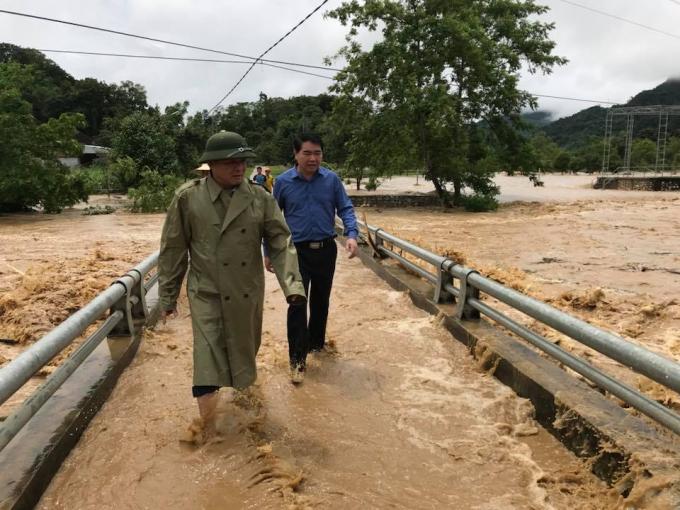 Nước lũ đổ về khiến nhiều huyện miền tây xứ Nghệ chìm trong biển nước.
