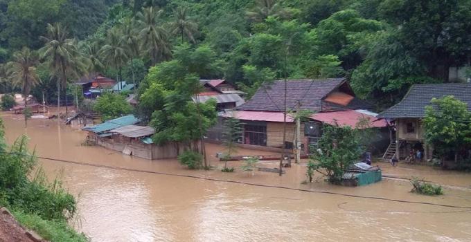 Nhiều bản làng bị nhấn chìm trong nước lũ.