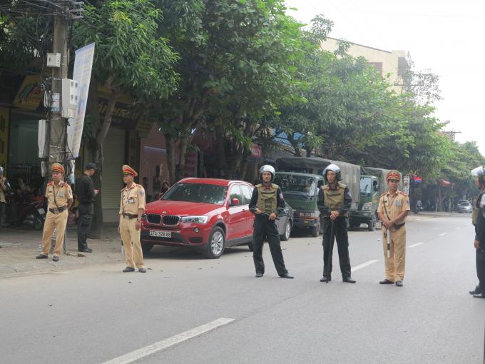 Lực lượng chức năng phong tỏa khu vực nơi hai nghi phạm dùng lựu đạn cố thủ trong nhà.