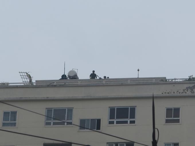 Thậm chí lực lượng đặc nhiệm trang bị súng bắn tỉa, triển khai trên nhà cao tầng sẵn sàng hỗ trợ.