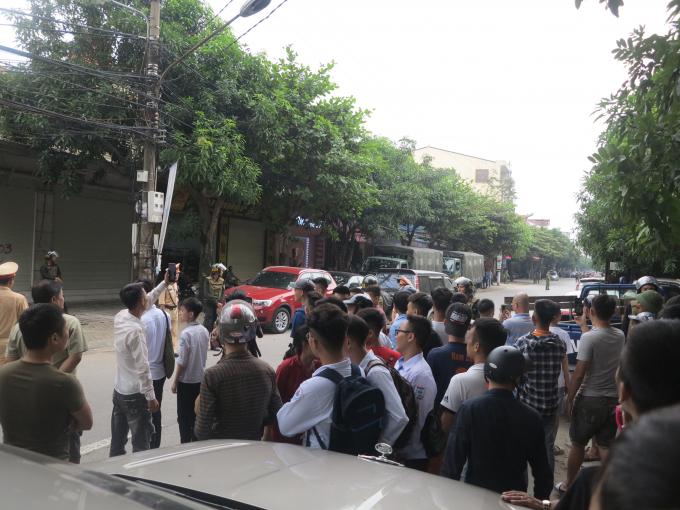 Phía hai đầu đường, xung quanh khư vực căn nhà được phong tỏa phục vụ quá trình vây bắt.