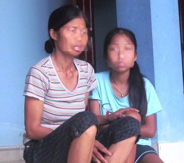 Chị H và con gái kể lại sự việc cháu bị ông hàng xóm làm hại.