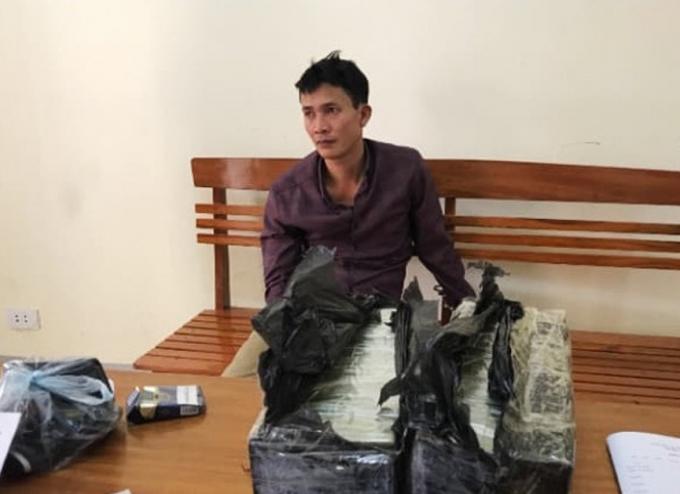 Nguyễn Ngọc Bích cùng tang vật tại cơ quan điều tra.