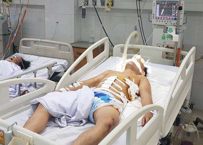 Một trong hai nạn nhân đang được điều trị tại bệnh viện.