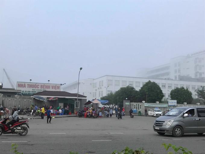 Khu vực cổng bệnh viện HNĐK nơi chiếc xe cứu thương bị nhóm người ngăn lại.