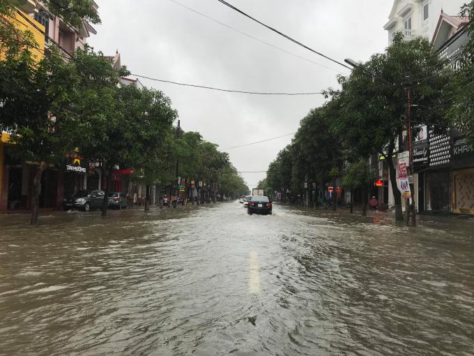 Đường Nguyễn Văn Cừ cũng bị ngập khá sâu.