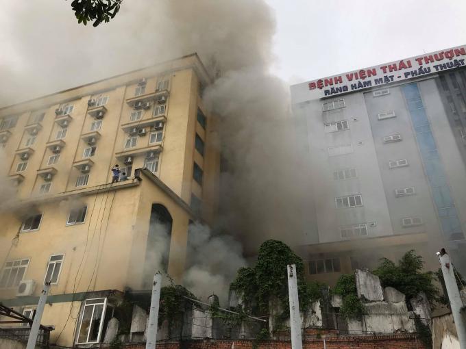Đám cháy lớn tạo nên cột khói kinh hoàng.