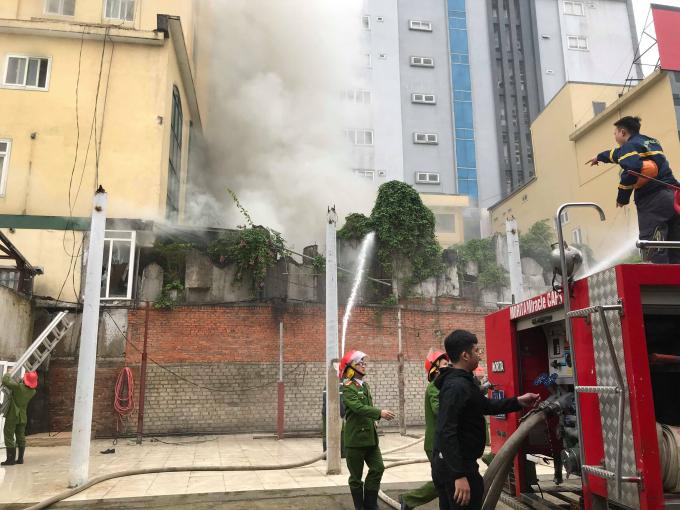 Lực lượng chức năng đang nỗ lực khống chế đám cháy.
