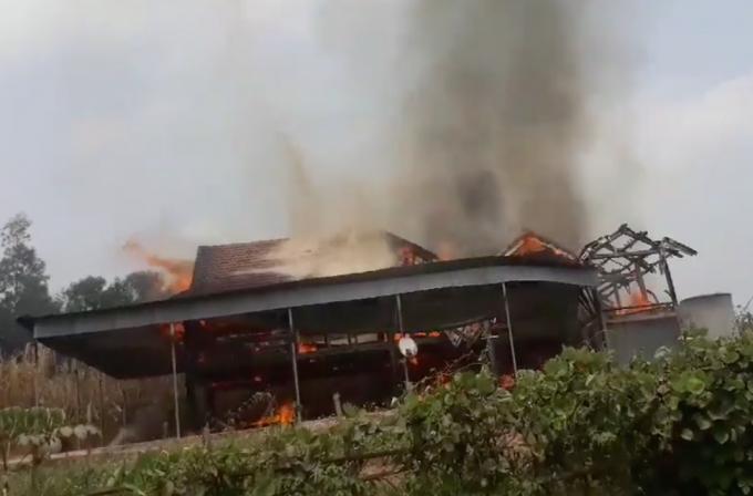 Ngôi nhà bốc cháy dữ dội.
