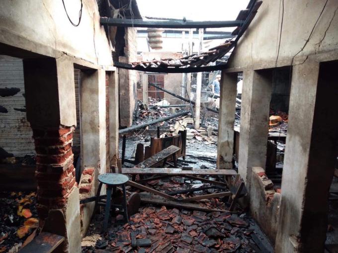 Khoảng 40 ki ốt đã bị thiêu rụi sau vụ hỏa hoạn.