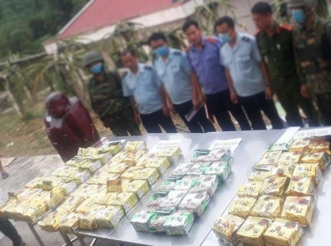 Hàng trăm kg ma túy bị thu giữ phía trong những pho tượng gỗ.