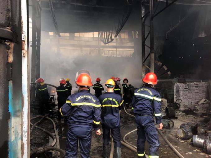 Ngay sau khi nhận được thông tin, lực lượng Cảnh sát PCCC Nghệ An đã điều với 5 đội chữa cháy, 12 xe chữa cháy, 2 xe chỉ huy, 2 xe tiếp nước, 1 xe trạm bơm, máy bơm chữa cháy với gần 130 cán bộ chiến sĩ nhanh chóng tới hiện trường, triển khai nhiều hướng tiếp cận đám cháy.